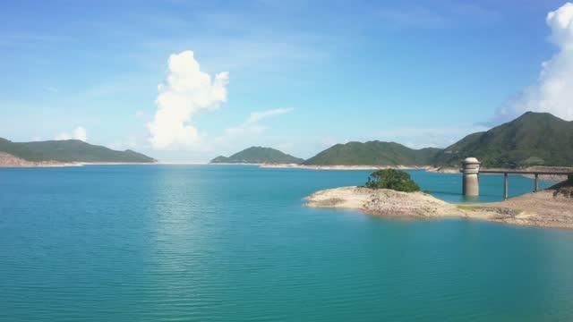 stockvideo's en b-roll-footage met hoog eiland reservoir met weinig water afgedamd als gevolg van de droogte, hong kong - stuwmeer