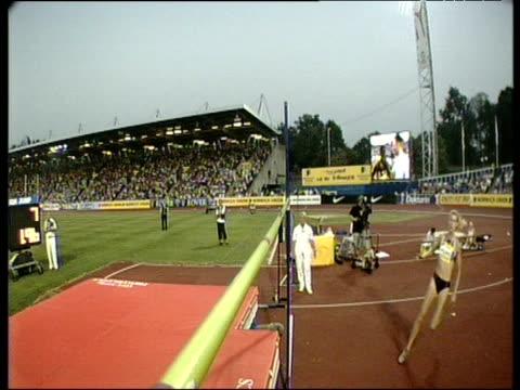 high jump bar camera on amy acuff women's high jump clearing bar 2003 international athletics grand prix crystal palace london - lanci e salti femminile video stock e b–roll