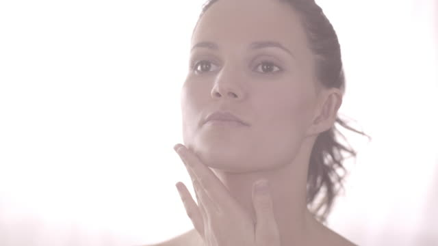 high key natural beauty - haar nach hinten stock-videos und b-roll-filmmaterial