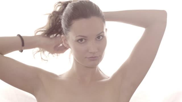 vídeos y material grabado en eventos de stock de high key natural beauty - cabello recogido
