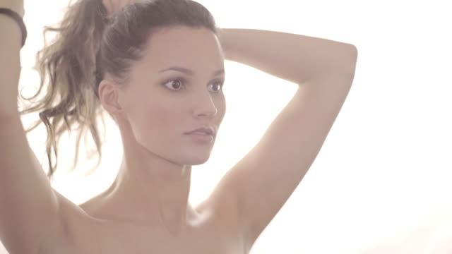 stockvideo's en b-roll-footage met high key natural beauty - natuurlijk haar