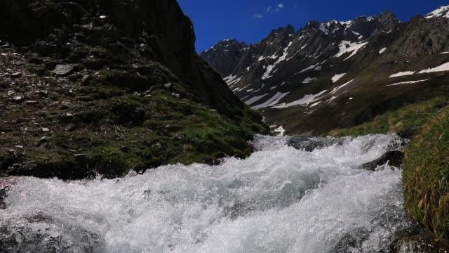 vídeos de stock e filmes b-roll de high mountain spring atmosphere in the galibier pass area on may 20, 2020 in valloire, france. - rápidos rio