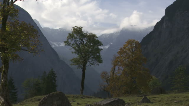 t/l high mountain valley in autumn - herbst stock videos & royalty-free footage