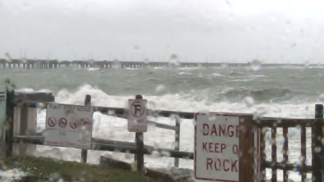 vidéos et rushes de wtkr high ocean waves after a storm in norfolk virginia on october 2 2015 - terre en vue