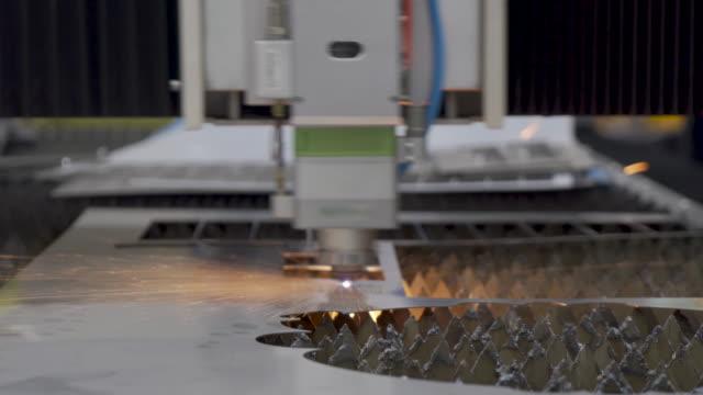 vídeos y material grabado en eventos de stock de chapa metálica de corte de gas cnc de alta precisión que funciona en la fábrica de la industria. concepto de fábrica de la industria inteligente. - pantalla de cristal líquido