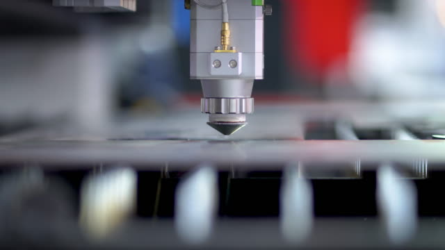 vídeos de stock, filmes e b-roll de chapa metálica de corte a laser cnc de alta precisão com brilho brilhante na fábrica - plasma matéria