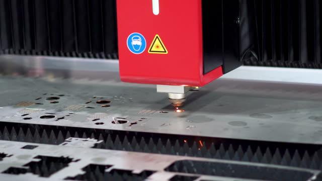 vídeos de stock, filmes e b-roll de folha de metal de corte a laser cnc de alta precisão com brilho brilhante na fábrica - plasma matéria