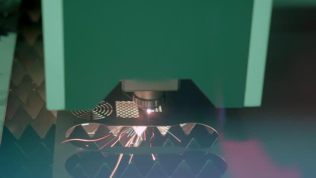 vídeos de stock, filmes e b-roll de folha de metal de corte a laser cnc de alta precisão com brilho brilhante na fábrica - plasma
