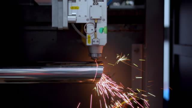stockvideo's en b-roll-footage met hoge precisie cnc laser snijden metalen plaat met heldere schittering in de fabriek - tube