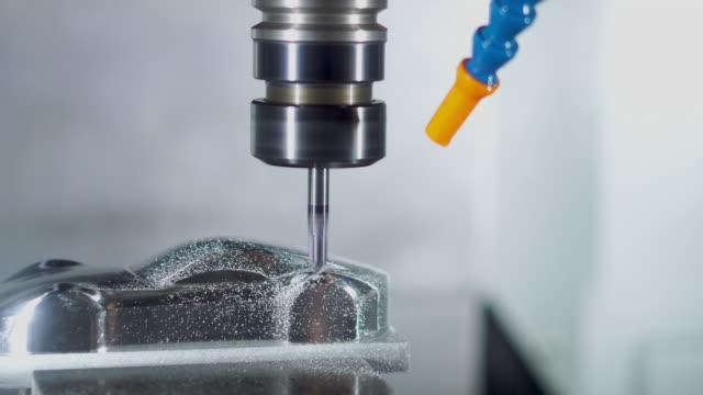 hochpräzise cnc-bearbeitungszentrum arbeiten, bediener bearbeitung automobil probenteilprozess im werk - machine part stock-videos und b-roll-filmmaterial