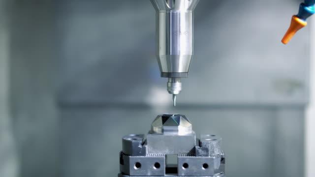 産業工場での高精度cncマシニングセンター作業、オペレータ機械加工自動車用サンプル部品プロセス - 息抜き点の映像素材/bロール