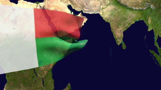 vídeos de stock, filmes e b-roll de vídeo de alta resolução de uma bandeira de madagascar renderizada em 3d, movendo-se sobre o mapa do país. - ocidentalização