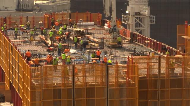 vídeos y material grabado en eventos de stock de trabajadores de la construcción de torre - trabajador de construcción