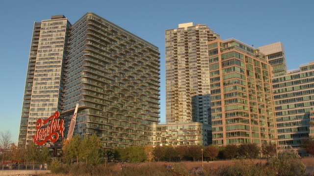 high rise luxury condominiums / pepsi-cola sign - nyc (day exterior) - fönsterrad bildbanksvideor och videomaterial från bakom kulisserna
