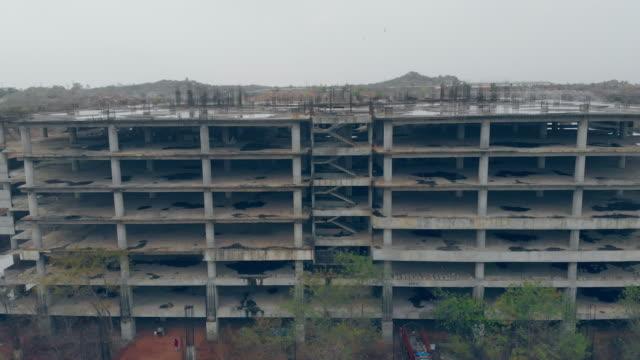 vídeos y material grabado en eventos de stock de oficinas de rascacielos, apartamento o centro comercial en construcción - pared de cemento