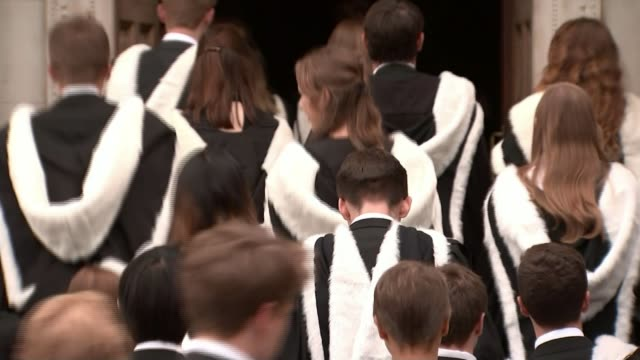 stockvideo's en b-roll-footage met high salaries of university vice chancellors under scrutiny t30061709 cambridge ext various shots of cambridge university students wearing graduation... - afstudeer toga
