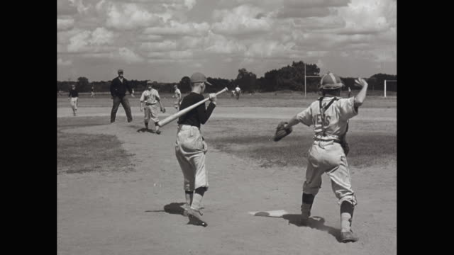 vídeos de stock e filmes b-roll de ws high school baseball game, pitcher throwing to batter / united states - camisola de basebol