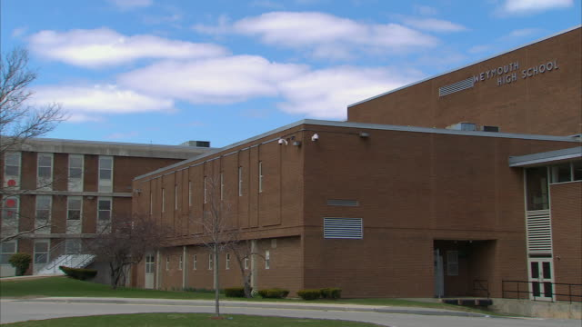 stockvideo's en b-roll-footage met pan high school building / weymouth, massachusetts, united states - school building