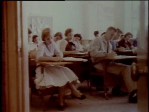 vidéos et rushes de 1957 montage high school classroom / new york city, new york, united states - salle de classe