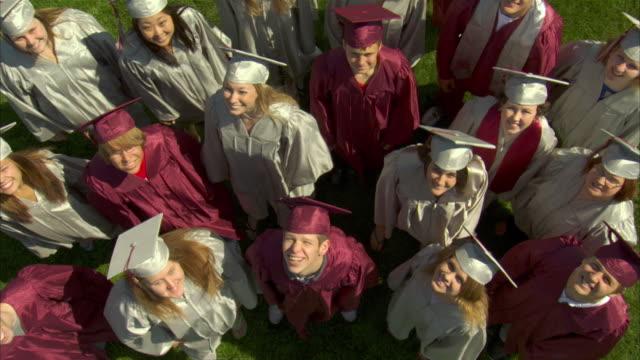 vidéos et rushes de ws ha high school graduates (17-19) smile at camera then walk off / appleton, wisconsin, usa - chapeau