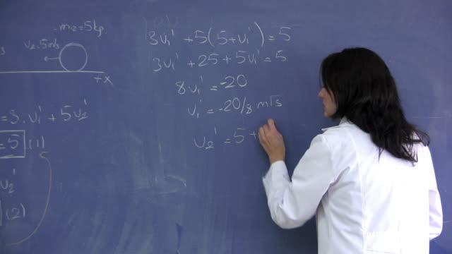 classe di scuola di fisica - corso di matematica video stock e b–roll