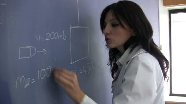 high school physik class - mathematisches symbol stock-videos und b-roll-filmmaterial