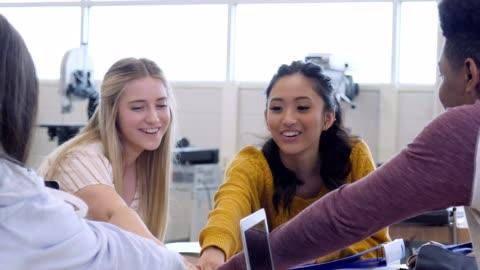 gymnasie elev hurra efter att ha avslutat en grupp uppgift - student bildbanksvideor och videomaterial från bakom kulisserna