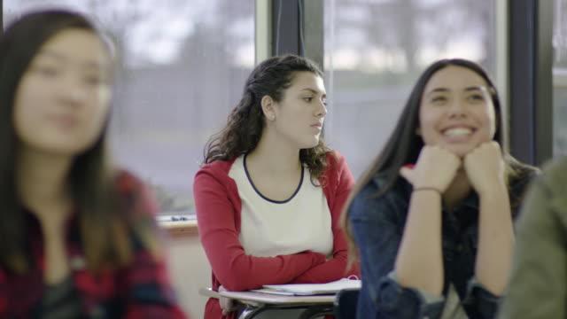 stockvideo's en b-roll-footage met high schoolstudent dagdromen tijdens de les - 14 15 jaar
