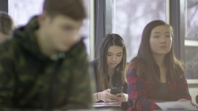 Hoch Schule Student immer gefangen SMS während des Unterrichts