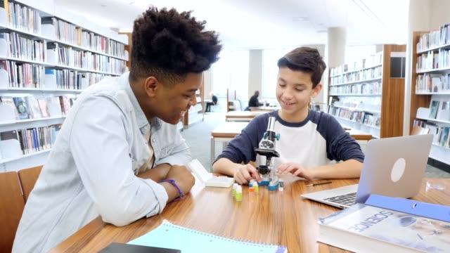 vídeos de stock e filmes b-roll de high school student tutors middle school student - aluna da escola secundária
