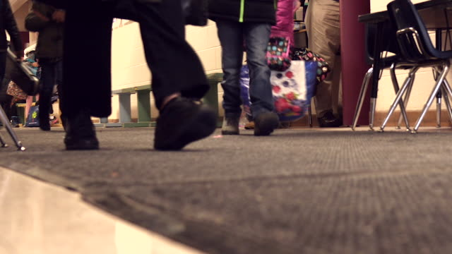 vidéos et rushes de high school students crowd together in the hallway as they change classes. mcu of their feet. - cantine
