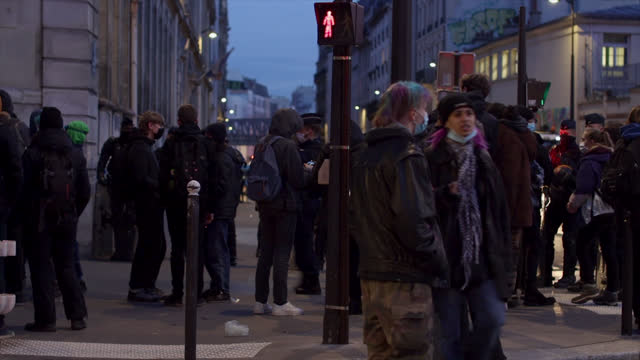 vidéos et rushes de high school students in the street of lycée colbert , blocked by the police to prevent them from blocking the school, in paris, france on january 26,... - élève du secondaire