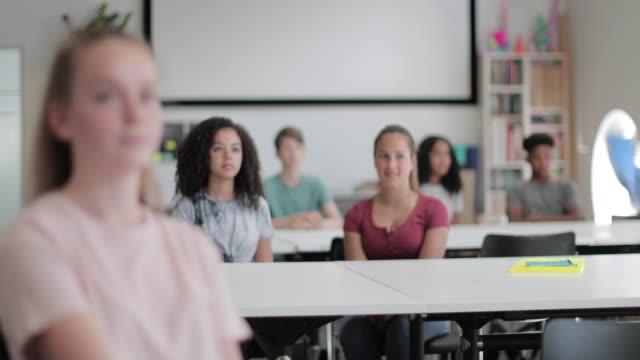 vidéos et rushes de high school students listening in class - écran de projection