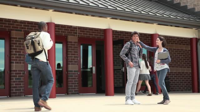 vidéos et rushes de high school students outside school building - haymarket