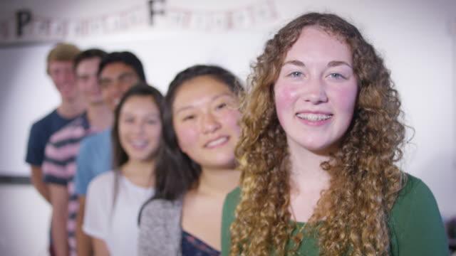 stockvideo's en b-roll-footage met middelbare scholieren die zich voordeed in een klaslokaal - fatcamera