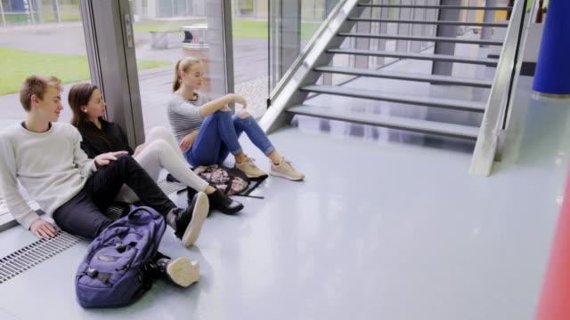vidéos et rushes de étudiants de lycée se reposant - la fin