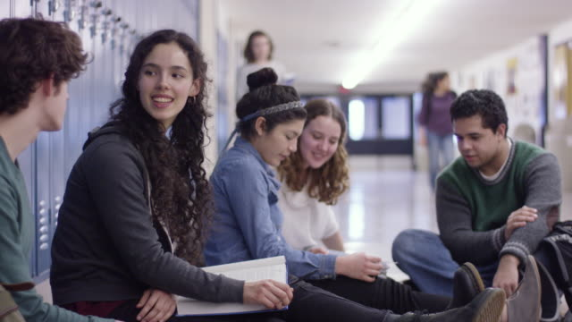 stockvideo's en b-roll-footage met studenten van de middelbare school zitten in de hal - lockerkast