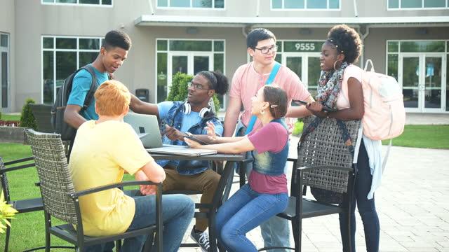 vídeos de stock e filmes b-roll de high school students studying outdoors - grupo de adolescentes