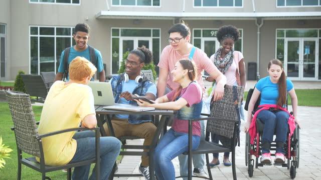 gymnasiasten studieren im freien - nur teenager stock-videos und b-roll-filmmaterial