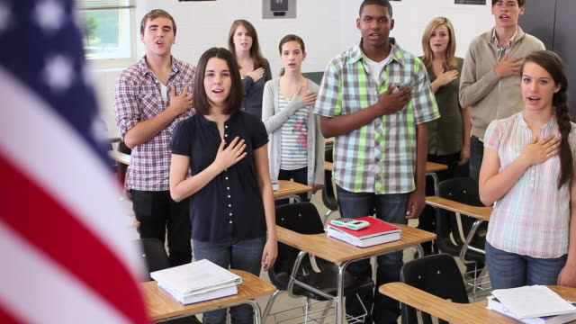high school students swearing allegiance to the american flag  - amerikanischer treueschwur stock-videos und b-roll-filmmaterial