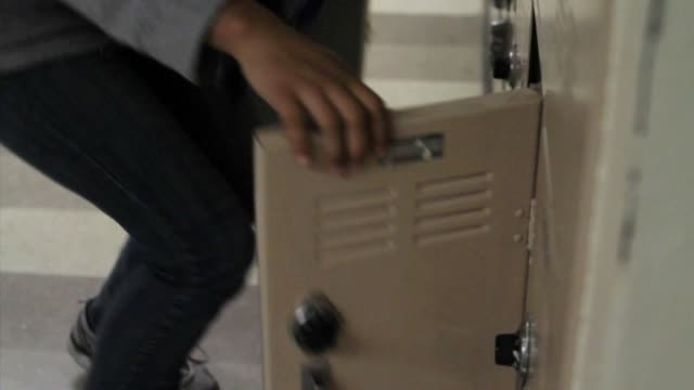 stockvideo's en b-roll-footage met high school students using lockers - lockerkast