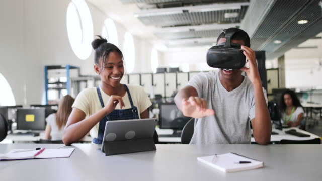 vídeos de stock e filmes b-roll de high school students using vr headset in class - sala de aula