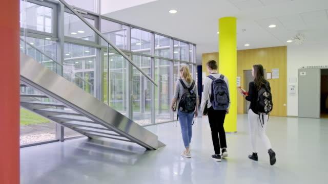 vidéos et rushes de étudiants de lycée marchant sur des escaliers - élève du secondaire