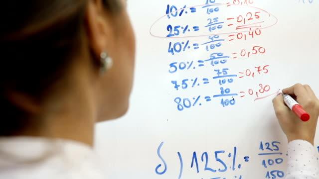 high school lehrer ein mathematik-unterricht an ihre schüler - mathematisches symbol stock-videos und b-roll-filmmaterial