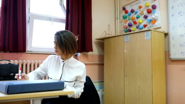 high school lehrer ein mathematik-unterricht an ihre schüler - sekundarstufe stock-videos und b-roll-filmmaterial