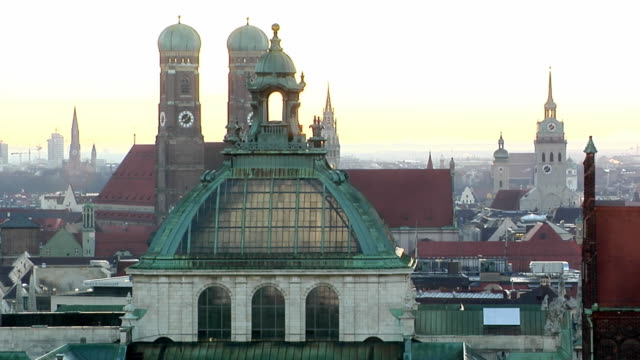 ms, high section of buildings with frauenkirche towers, munich, germany - wahrzeichen stock-videos und b-roll-filmmaterial