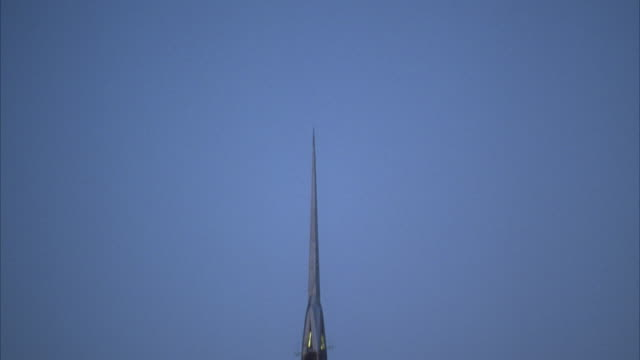td, tu high section of chrysler building against blue sky, new york city, usa - turmspitze stock-videos und b-roll-filmmaterial