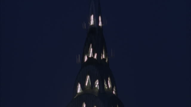 vídeos de stock e filmes b-roll de td, tu high section of chrysler building at night, new york city, usa - prédio chrysler