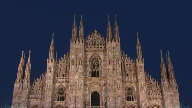 t/l, ms, la, high section of milan cathedral (duomo di milano), dusk to night, milan, lombardy, italy - cattedrale video stock e b–roll
