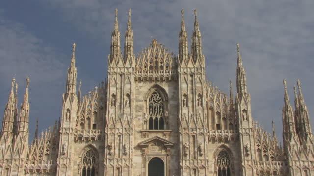 cu, zo, high section of milan cathedral (duomo di milano), milan, lombardy, italy - tornspira bildbanksvideor och videomaterial från bakom kulisserna
